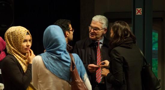 Seitz im Gespräch  auf der Fachtagung zur muslimischen Jugendarbeit