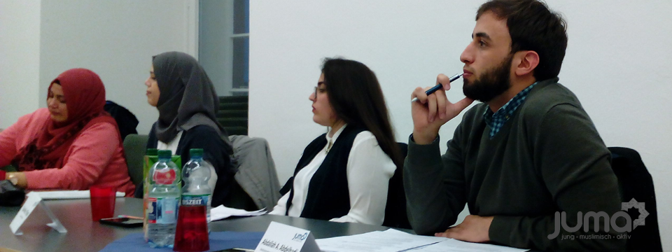 Die Diskussionsteilnehmer konzentriert im Gespräch mit dem Präsdienten der Landesärztekammer Baden-Württemberg