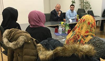 Der Präsident der Landesärztekammer Baden-Württemberg im Gespräch mit jungen Muslimen aus Mannheim zum Thema Flüchtlinge