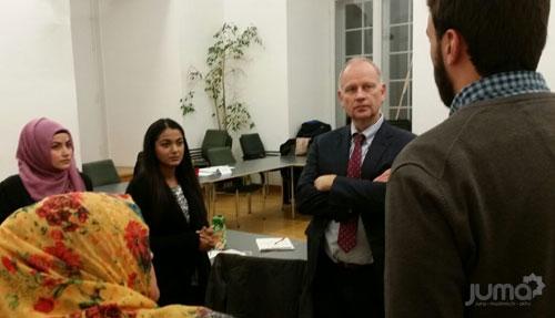 Dr. Clever im Gespräch mit jungen muslimischen Studenten der Universität Mannheim zum Thema Flüchtlingskrise
