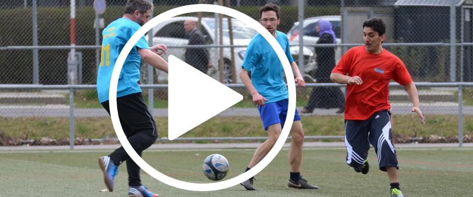 Pfarrer, Imame und Rabbiner spielen gemeinsam Fussball für den Frieden