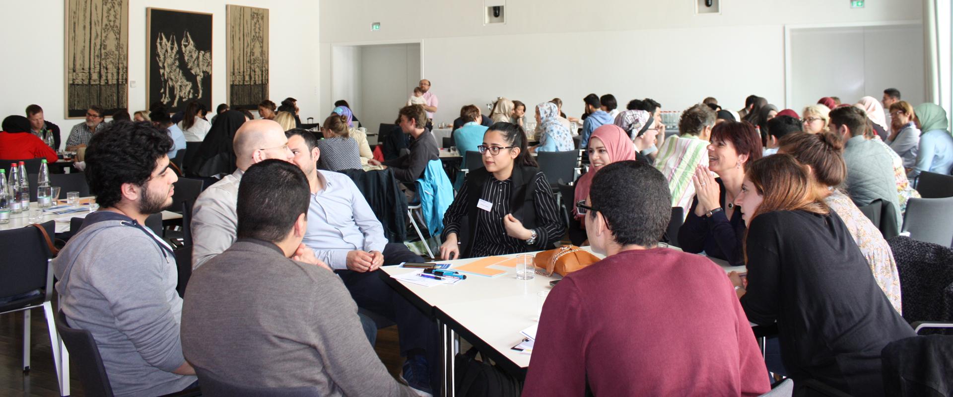Junge Musliminnen hinterfragen ihre kulturellen Rollen und beteiligen sich aktiv im Gesellschaftsleben