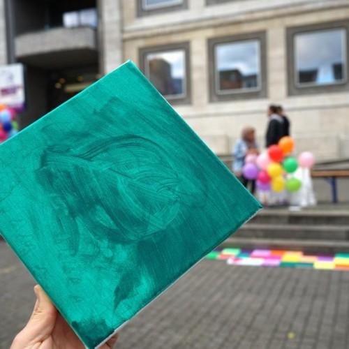 Einzelne Leinwände werden kreativ gestaltet von Bürgerinnen und Bürgern der Stadt Stuttgart