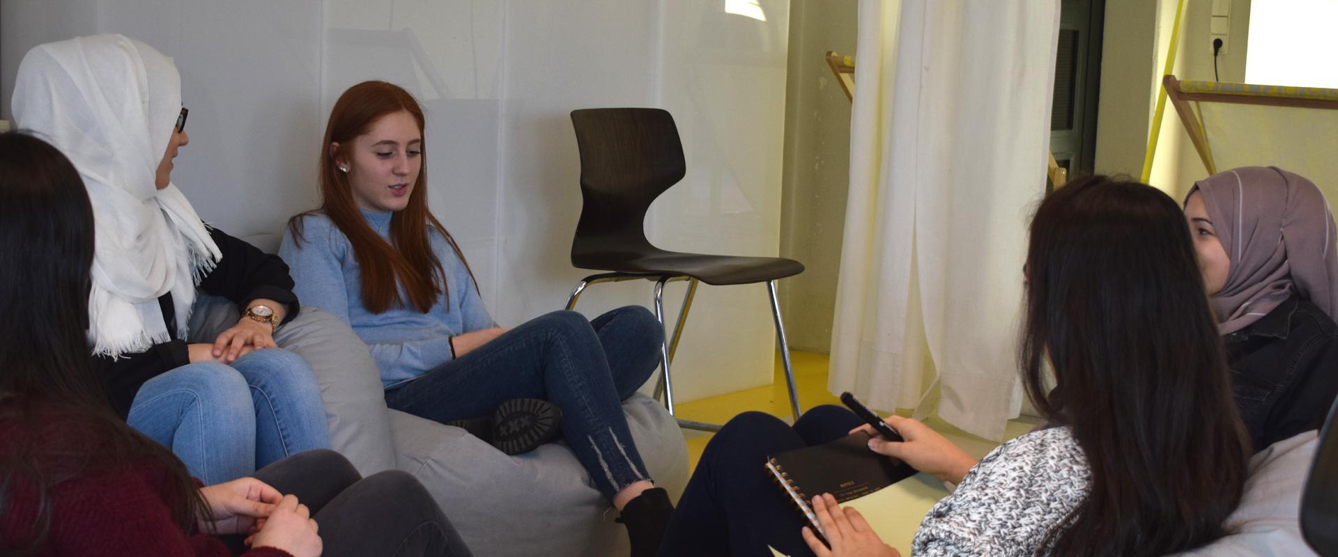 Jugendliche diskutieren in Kleingruppen über JUMA